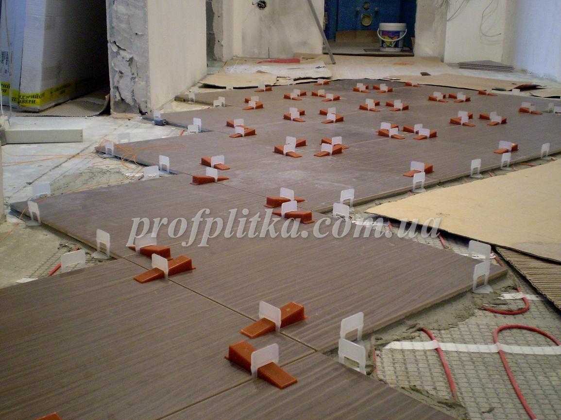 Укладка плитки своими руками на полу прихожей